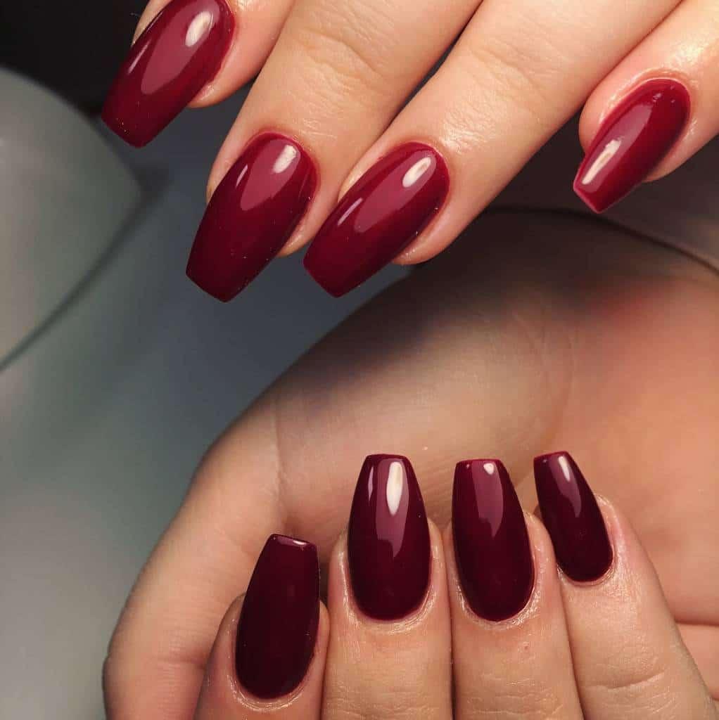 Unsere Kunden können aus verschiedenen Gel-Rottönen für ihre Fingernägel wählen.